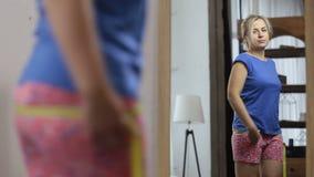测量她的与测量的磁带的哀伤的妇女臀部 股票录像