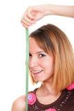 测量她的与磁带iso的美丽的年轻白种人妇女身体 免版税库存图片