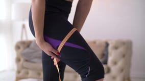 测量她的大腿的适合的妇女的中央部位 股票视频