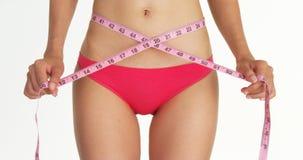 测量她的有磁带的妇女特写镜头腰部 免版税库存图片