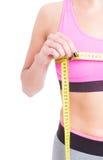 测量她的胸象线的妇女侧视图 免版税库存照片