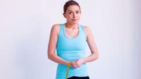 测量她的腰部的运动的女孩 股票录像
