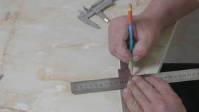 测量宽度刀片的男性手在制造期间在生产大厅里 影视素材