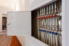 测量深度白色塑料管子,配件和球形阀在公寓被安装在constraction时 免版税图库摄影