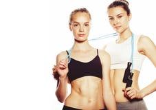 测量的两个体育女孩在白色隔绝了 免版税库存图片