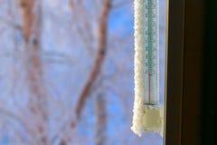 测量的周围温度经典水银温度表,垂悬窗口外,与减50摄氏度的读书 免版税库存图片