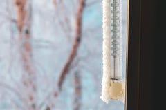 测量的周围温度经典水银温度表,垂悬窗口外,与减50摄氏度的读书 库存照片