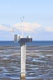 测量的杆,在Noordkaap附近的荷兰语Waddenzee 库存照片