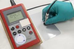 测量的油漆胶片厚度 免版税库存照片
