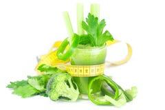 测量的磁带、硬花甘蓝、胡椒、芹菜和芹菜汁 免版税图库摄影
