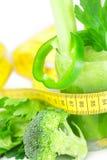 测量的磁带、硬花甘蓝、胡椒、芹菜和芹菜汁 库存图片