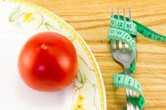 测量的磁带和一把叉子用蕃茄 库存照片