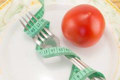 测量的磁带和一把叉子用蕃茄 图库摄影