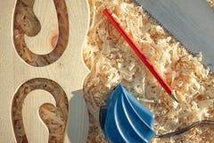 测量的磁带和铅笔重要工具,当锯木委员会和platbands时 免版税图库摄影