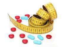测量的磁带和医学药片。 库存图片