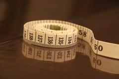 测量的磁带数字小条褐色白色背景滚动 免版税库存照片