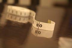 测量的磁带数字小条褐色白色背景滚动 免版税库存图片