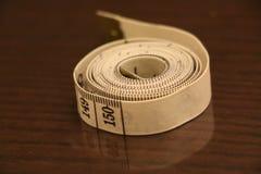 测量的磁带数字小条褐色白色背景滚动 免版税图库摄影