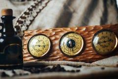 测量的老仪器-温度计、晴雨表和湿度计在一个木制框架 库存照片