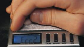 测量的药片重量 在电镀物品标度特写镜头的维生素药片 股票录像