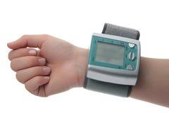 测量的血压的电子压力表在手边 库存照片