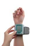 测量的血压的电子压力表在手边 免版税库存图片
