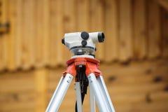测量的角度和位置的经纬仪在大厦 免版税库存图片