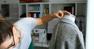 测量礼服的长度在时装模特4k的女性设计师 影视素材