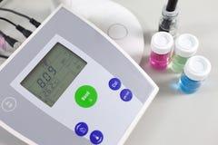 测量酸度强碱性的PH计 免版税库存照片
