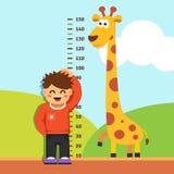 测量他的高度的男孩孩子在幼儿园墙壁 图库摄影