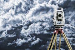 测绘仪器测量的天际 库存照片