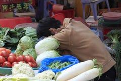 睡眠蔬菜水果商 免版税库存图片