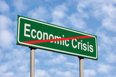 经济危机绿色路标隐喻,明亮的夏天Cloudscape天空的末端 免版税图库摄影