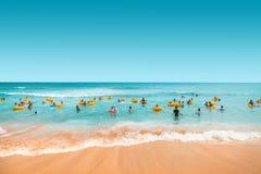 济州海岛,韩国- 2015年8月18日:有游泳在海济州海岛,韩国的孩子的父母 免版税库存图片