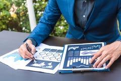 经济情况统计成功概念:商人逻辑分析方法fina 库存照片