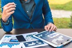 经济情况统计成功概念:商人逻辑分析方法fina 图库摄影