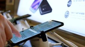 浏览三星星系S8手机的人们亚马逊 影视素材