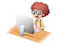 浏览互联网的一个聪明的年轻人 免版税库存图片