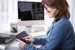 浏览互联网的年轻女实业家 免版税库存图片