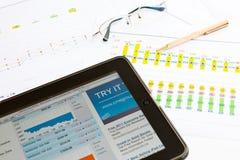 浏览器显示股票的ipad那斯达克 免版税库存照片