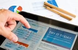 浏览器显示股票的ipad那斯达克 库存照片