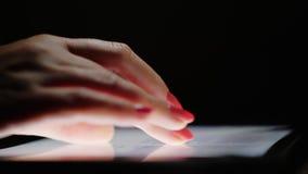 浏览在片剂的互联网 女性手指移动文本屏幕,特写镜头 o 股票视频