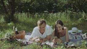 浏览在电话的快乐的夫妇社会网络 股票视频