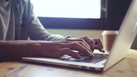浏览在膝上型计算机的手的中央部位 影视素材