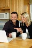 浏览夫妇互联网年轻人 免版税库存图片