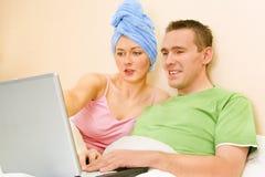 浏览夫妇互联网 免版税库存照片