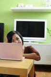 浏览家庭互联网 免版税库存照片