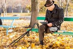 浏览片剂个人计算机的老人互联网 免版税库存照片
