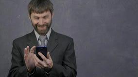 浏览电话的雇员,母上司夺走他的电话并且开始发誓 粗心大意的雇员和冲突在 股票录像