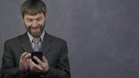 浏览电话的雇员,母上司夺走他的电话并且开始发誓 粗心大意的雇员和冲突在 股票视频